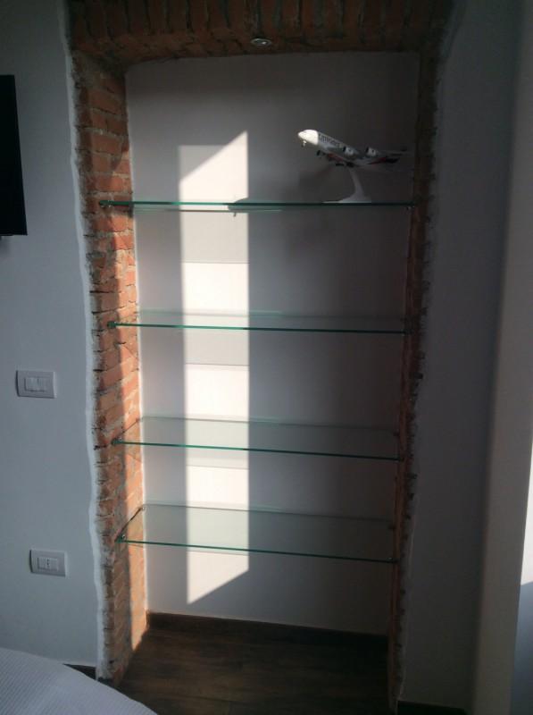 Mensole su mattoni a vista artigiano del vetro - Mensole bagno in vetro ...