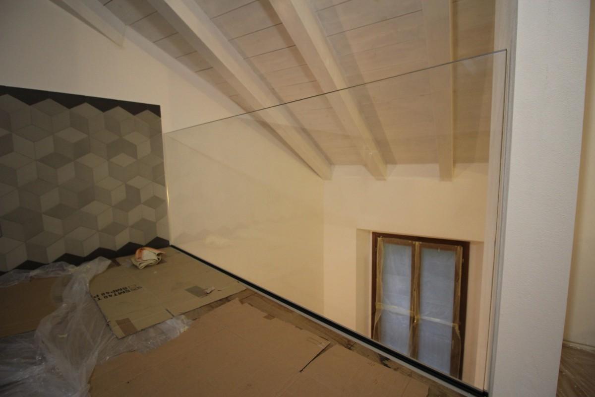 Parapetti soppalco e pareti divisorie guardaroba  Artigiano del Vetro